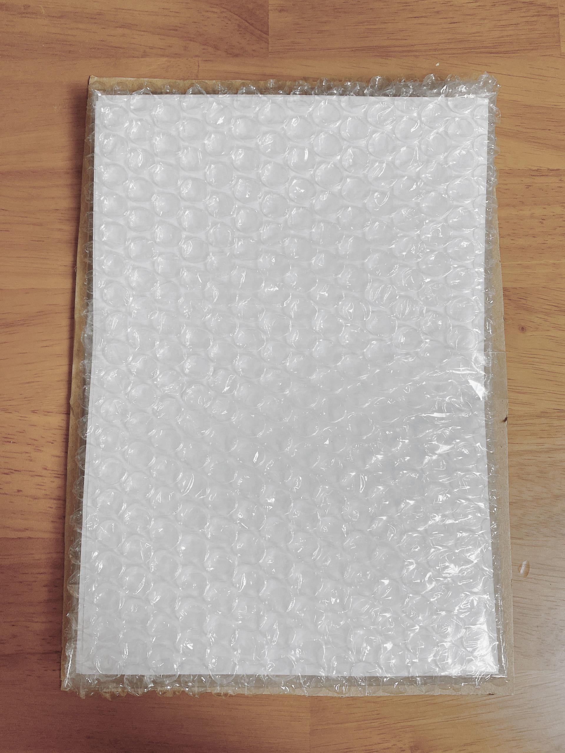 厚紙を同人誌よりも一回り大きなサイズにカット、その厚紙に梱包した同人誌を固定する